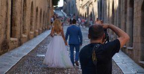 fotograf ślubny robi zdjęcie pary młodej